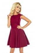 157-3 Krátke bordové spoločenské šaty s čipkovým vrchom a širokou nariasenou sukňou bez rukávov
