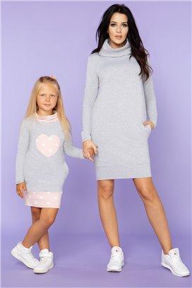 MMD23-1 Šedé športové šaty s ružovým srdiečkom s bielymi bodkami - dcérka