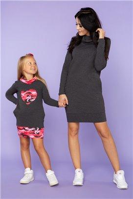 MMD23-5 Tmavošedé športové šaty so ružovým maskáčovým srdiečkom - dcérka