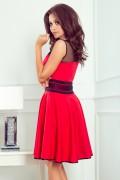 261-1 Krátke červené spoločenské šaty s čiernymi doplnkami