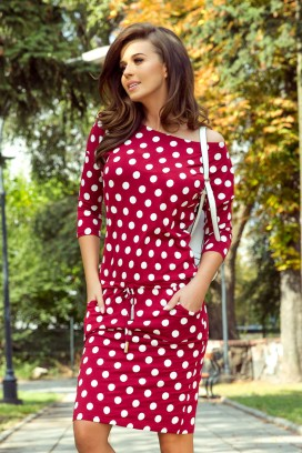 13-111 Krátke červené športové šaty s bodkami